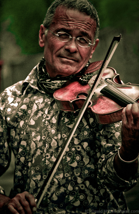 Paris street performer - violin player